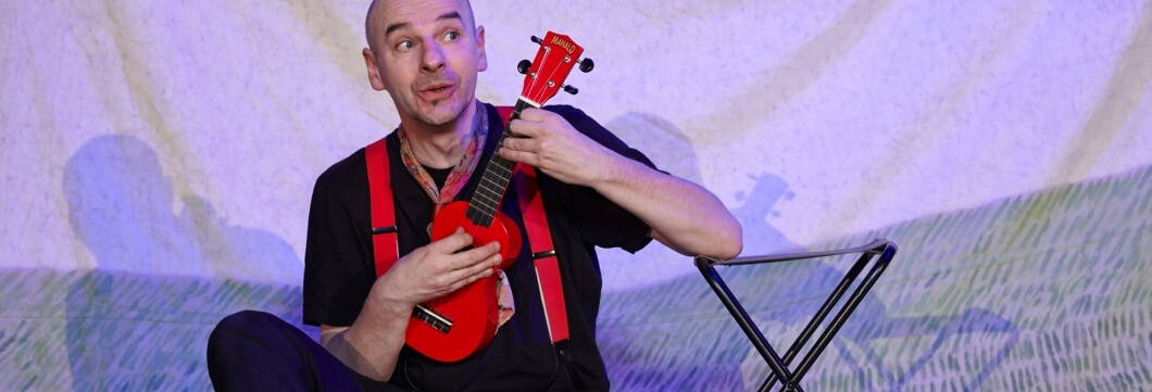 Peter Wachter spielt Ukulele