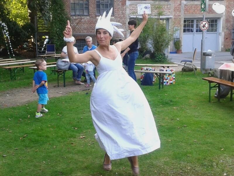 Die Königin der Fabren tanzt auf dem 25-jährigen Jubiläum des Theaters Mär.