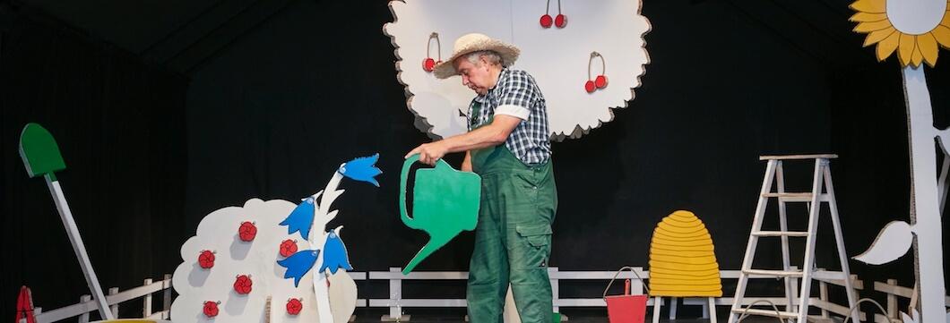 Ein Foto der Theaterkuliss beim Theaterstück Obstgärtchen