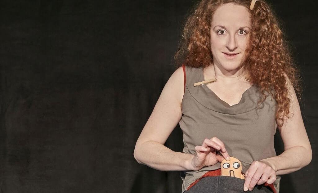 Iris Faber und ein Charakter aus dem Theaterstück Eins Zwei Drei Tier.