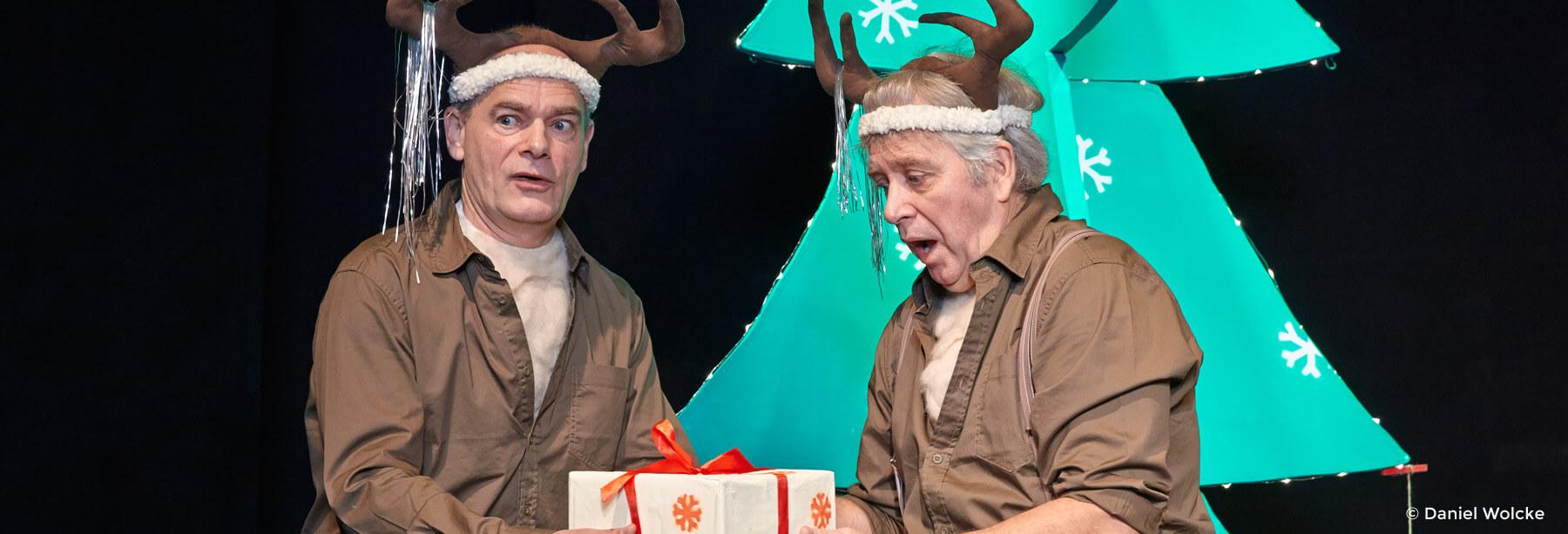 Uwe Schade und Peter Markhoff halten ein Geschenk in den Händen