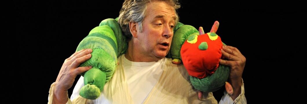 Peter Markhoff trägt die kleine Raupe Nimmersatt auf den Schultern