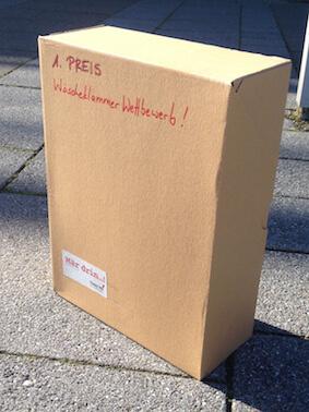 Ein Paket mit der Aufschrift 1. Preis, Wäscheklammer Wettbewerb. Da ist Mär drin!