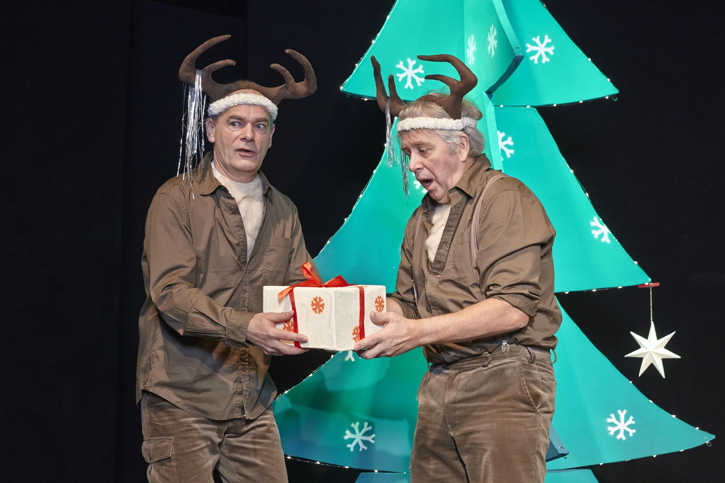Uwe Schade und Peter Markhoff halten ein Weihnachtsgeschenk