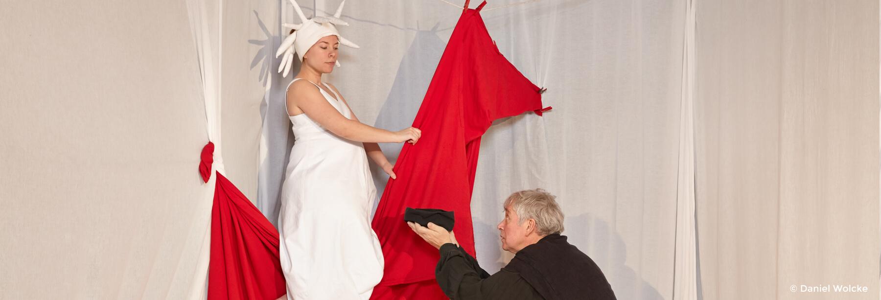 Marcella Amatamia und Peter Markhoff spielen gemeinsam in dem Theaterstück Die Königin der Farben.
