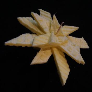 Selbstgebastelter Stern mit mehreren Schichten, auf Zahnstochern aufgespießt