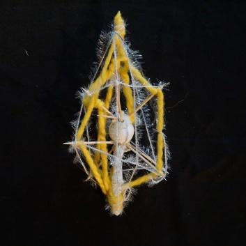 Selbstgebastelter Stern aus unterschiedlichen Materialien