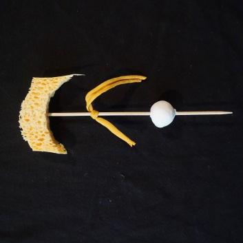 Selbstgebastelte Sternschnuppe aus einem Schaschlikspieß, einer Tonkugel, einem Stück Stoff und einem Teil Schwamm
